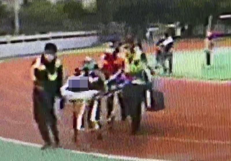 救護員裝上心肺復甦器後趕己送往醫院急救,事發到送醫過程並不到10分鐘。(翻攝畫面)