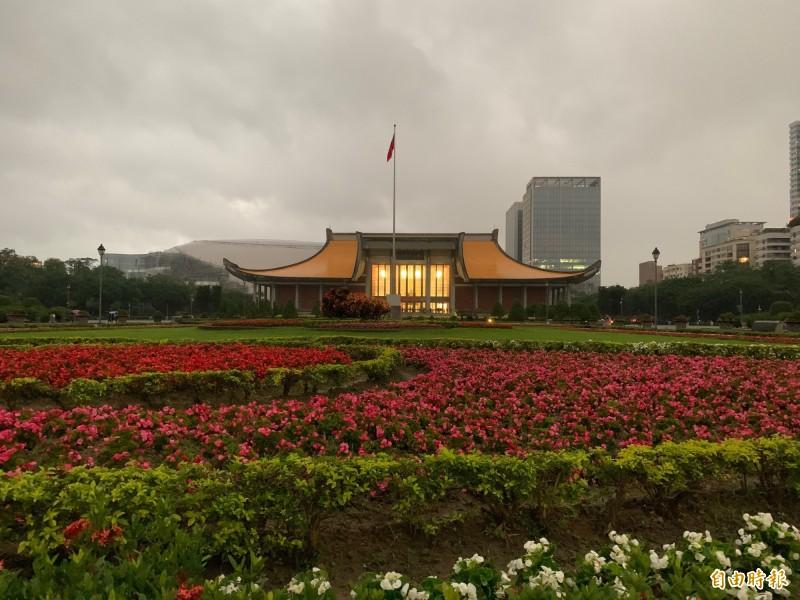國父紀念館天際線被大巨蛋毀了,國父紀念館將移除圖中的花圃,改植兩排綠樟樹,希望改變視覺焦點。(記者郭安家攝)