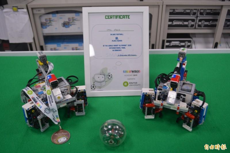 僑泰高中資訊科吳育丞、張睿承代表台灣參加國際奧林匹亞機器人大賽世界賽,雖中國抗議還是拿著貼上國旗的機器人參賽,過關斬將拿下世界第3。(記者陳建志攝)