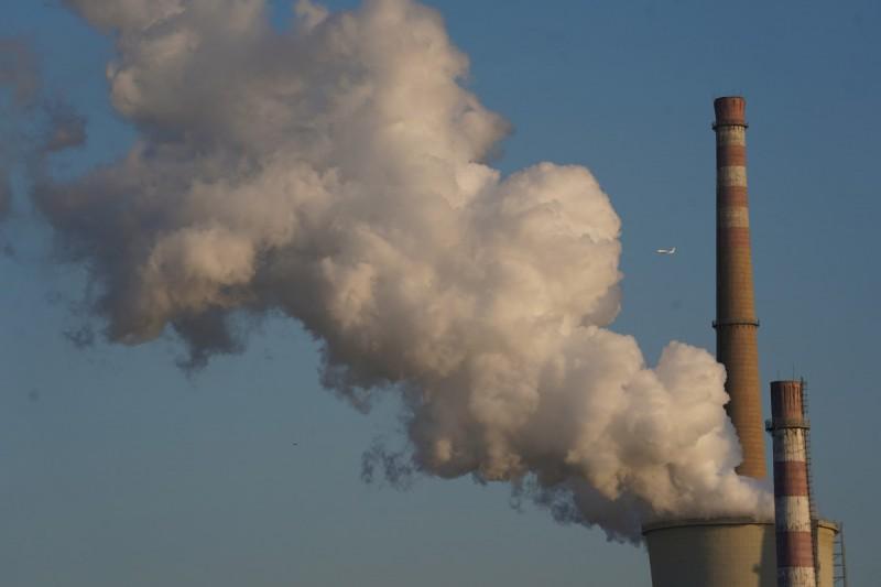 世界氣象組織(WMO)今(25)日發表研究報告指出,2018年度全球溫室氣體濃度再創新高,恐將加劇氣候變遷,造成毀滅性影響。工業排放示意圖。(歐新社)