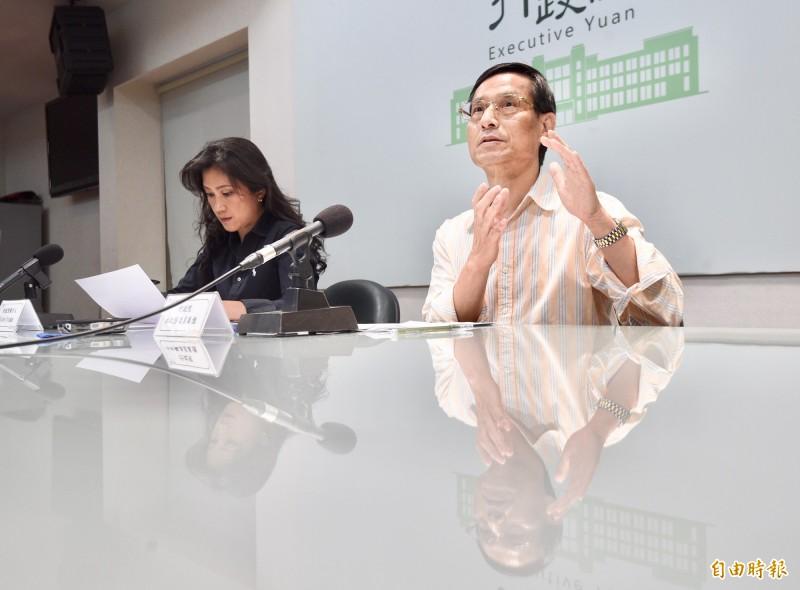 行政院政務委員林萬億(右)及行政院發言人Kolas(左)25日召開記者會,說明「0-6歲國家跟你一起養」政策。(記者羅沛德攝)