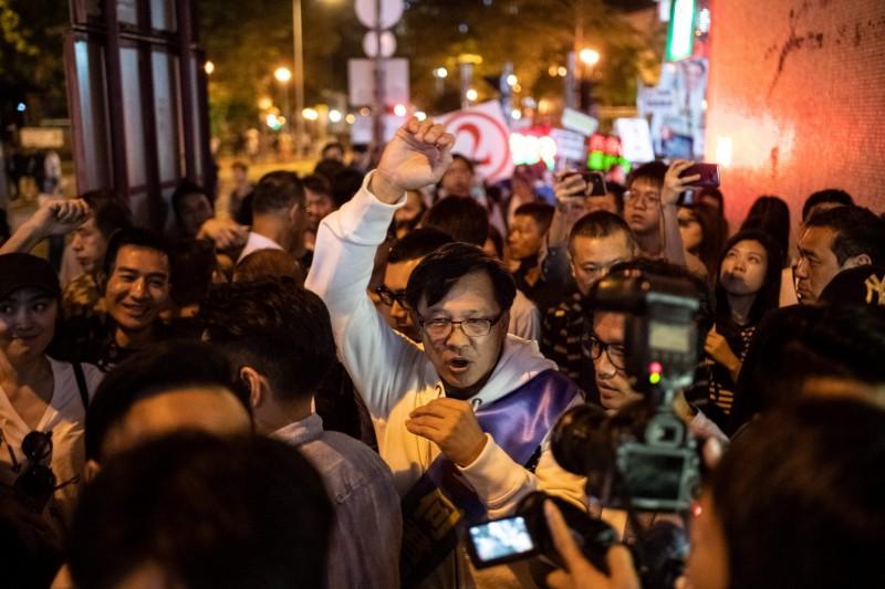 香港建制派、現任立法會議員何君堯於24日區議會選舉中落敗。(法新社)