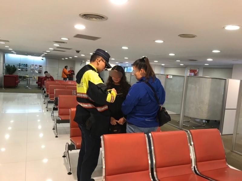 警方趕到現場,即時阻止施女匯款,保住她110萬元血汗錢。(記者吳昇儒翻攝)