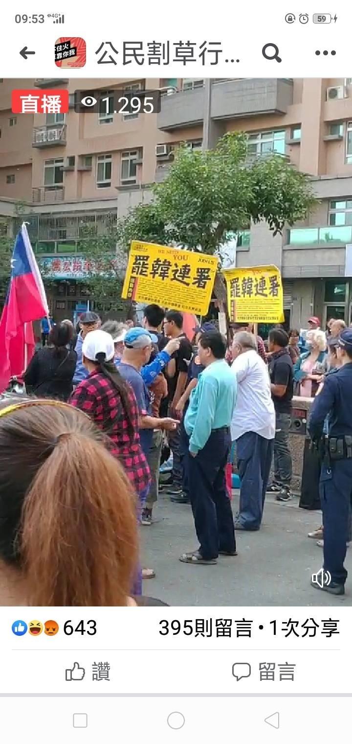 罷韓連署攤位在鳳山工協市場外擺攤,遭韓粉挑釁叫罵。(取自公民割草行動)
