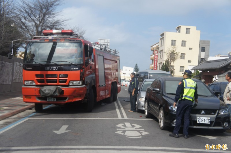 澎湖縣消防車疑似剎車失靈,在馬公國中前造成連環車禍。(記者劉禹慶攝)