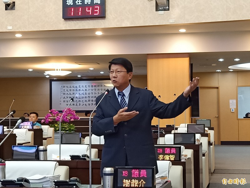 謝龍介質疑區域立委參選人李武龍的競爭對手,用奧步意圖抹黑李武龍。(記者王姝琇攝)
