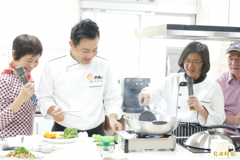 陳潤秋(右)與型男大主廚吳秉承在社區營養推廣中心廚房。(記者翁聿煌攝)