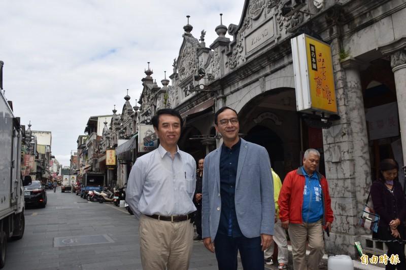 朱立倫陪同過去擔任桃園縣長時任文化局長的陳學聖,參訪兩人攜手整建大溪古蹟所走過的痕跡,以及一起打拚的成果。(記者李容萍攝)
