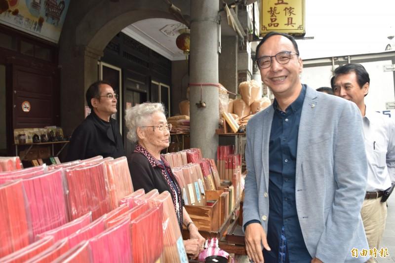 朱立倫走訪大溪老街,問候老街久違不見的老朋友。(記者李容萍攝)