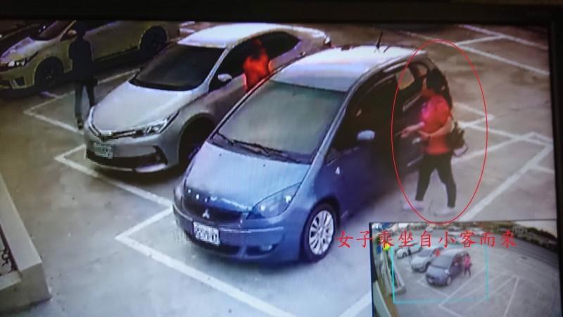 警方找出遺失千元大鈔的女子,順利招領。(記者陳彥廷翻攝)