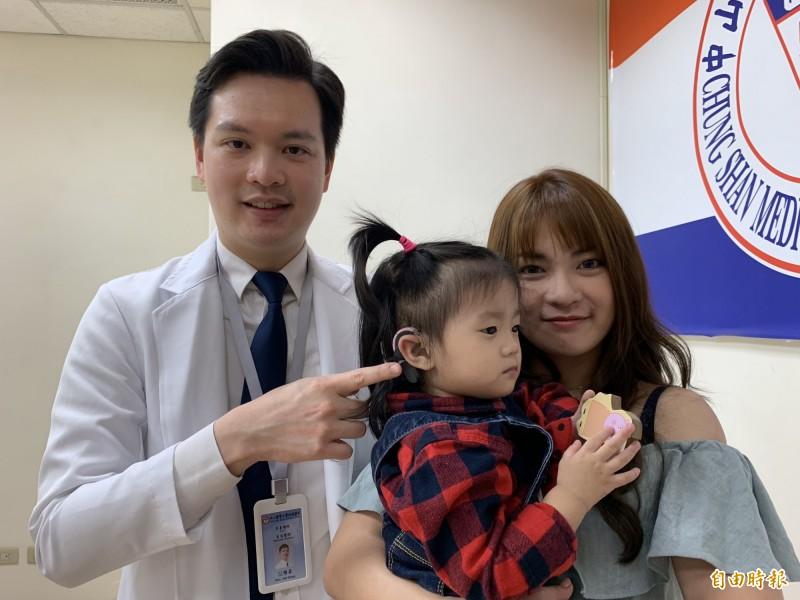 簡小妹罹患極重度感音神經性聽損,醫師溫惟昇為她裝上電子耳,恢復廳力,也會說話了,媽媽開心不已。(記者蔡淑媛攝)