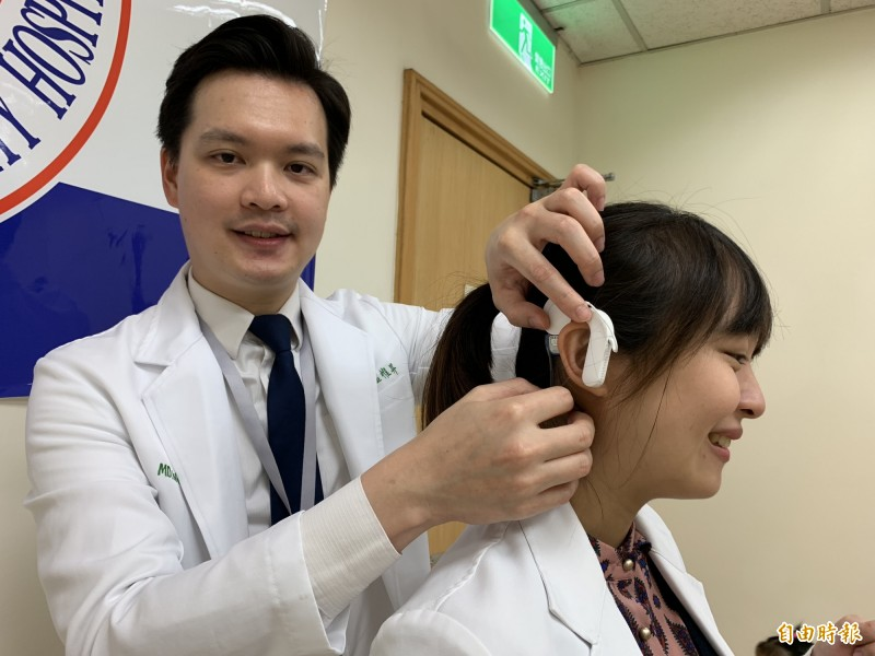 溫惟昇指出,人工電子耳是利用耳外機類似助聽器,並以手術植入體內機電極,取代受損的耳蝸直接刺激聽神經,產生聽覺。(記者蔡淑媛攝)
