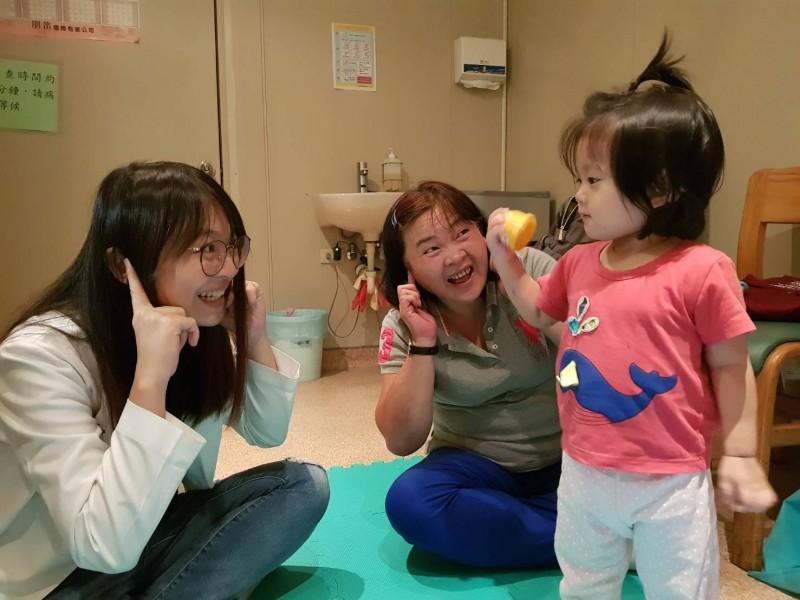簡小妹裝上電子耳,並接受聽能訓練,了解聽到的訊息。(記者蔡淑媛翻攝)