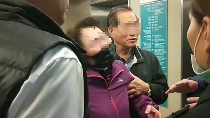 蘇女雙親在輔大醫院看完女兒遺體後情緒陷入崩潰。(記者徐聖倫翻攝)