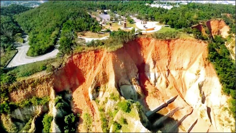 鐵砧山北側持續崩塌,陡峭的懸崖已緊逼雕塑公園。(記者張菁雅翻攝)
