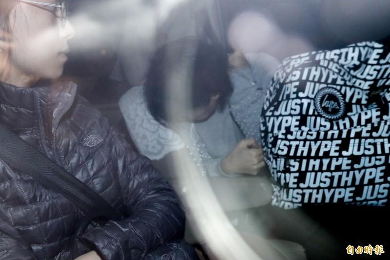 中國創投執行長向心及妻子龔青(中低頭著灰衣者)移送北檢。(記者叢昌瑾攝)