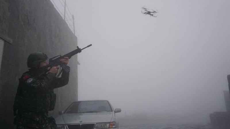 空軍第三雷達中隊日前配合聯翔操演,模擬無人機入侵營區情況,官兵以步槍瞄準擊落。(照片取自空軍司令部臉書專頁)