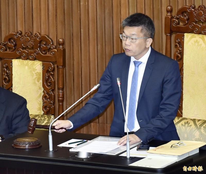 立法院副院長蔡其昌宣讀法案通過後敲槌。(記者塗建榮攝)