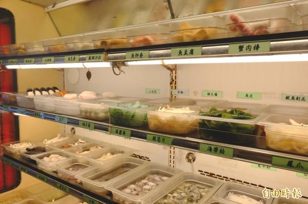 許多食材都放在開放櫃內,顧客在不浪費的前提下,想吃什麼就能拿什麼。(記者胡志愷攝)