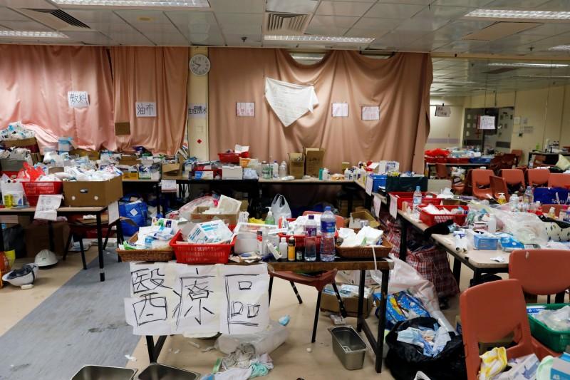 香港理工大學被香港警方包圍已10天,香港多位教育界立法會議員今天到場試圖搜尋留守的示威者,並且呼籲警方儘快解除包圍。圖為校內景象。(路透)