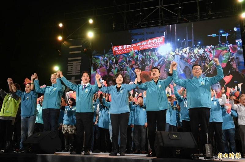 游錫堃(左二)指出,蔡英文(中)現在「外交100分、內政順手」,相信將未來4年國政交給她會越來越好。(記者劉信德攝)