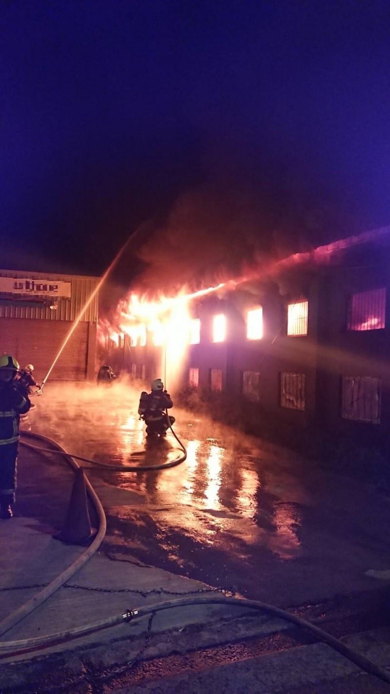 大里化妝品工廠凌晨發生大火。(記者蘇金鳳翻攝)
