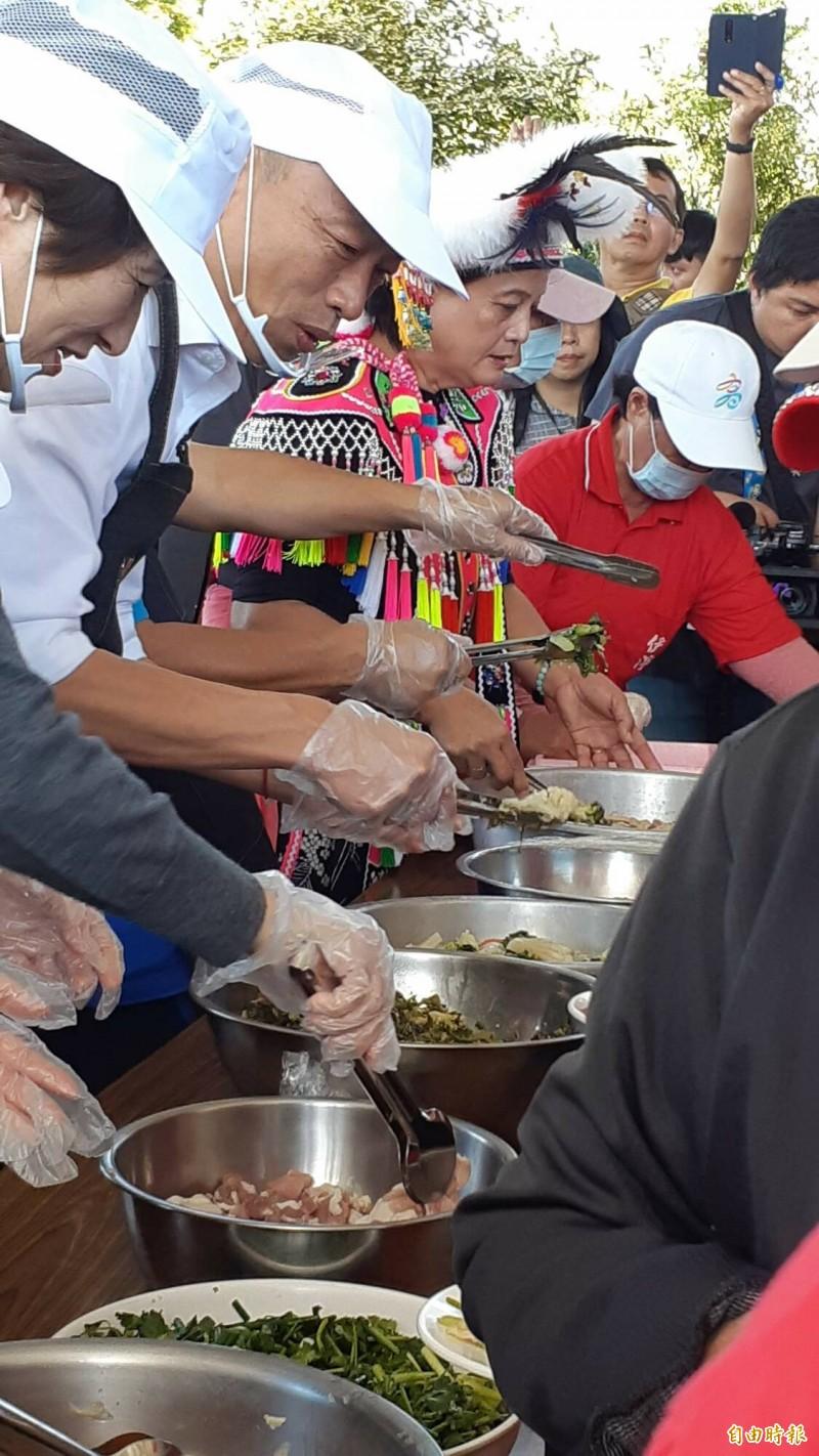 台東縣長饒慶鈴夾醃生豬肉。(記者黃明堂攝)