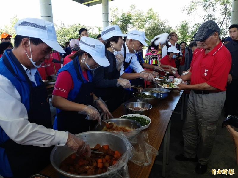 韓國瑜(左4)夾菜人人要,饒慶鈴(左3)夾的生豬肉,多數搖頭。(記者黃明堂攝)