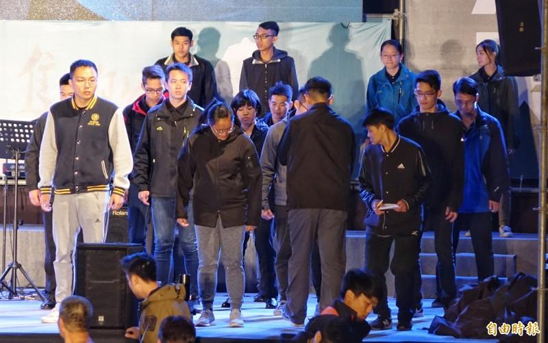 將近20名支援便服憲兵,平均分散在舞台角落,在帶隊軍官一聲令下後,20餘人開始原地跳,並以踩踏舞台方式確認舞台是否平整、堅固。(記者劉信德攝)