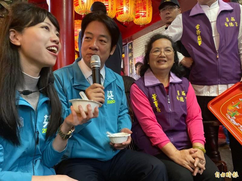 北市立委候選人高嘉瑜(左)今笑說:「賴院長如果有時間,當然希望他能夠和我如影隨形、如膠似漆,那是最好的」把在一旁的賴清德(中)弄得哈哈大笑。(記者楊心慧攝)