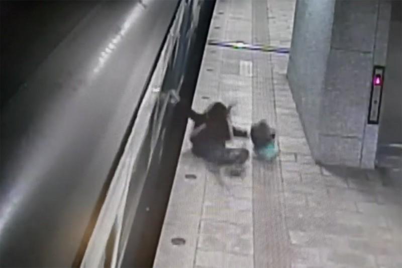 女子搭錯車,竟在列車行進中從車廂跳到月台。(記者邱芷柔翻攝)