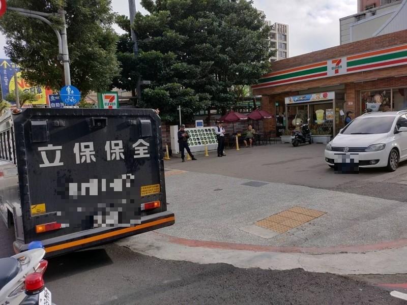 男子開槍在便利商店前想搶運鈔車。(記者周敏鴻翻攝)