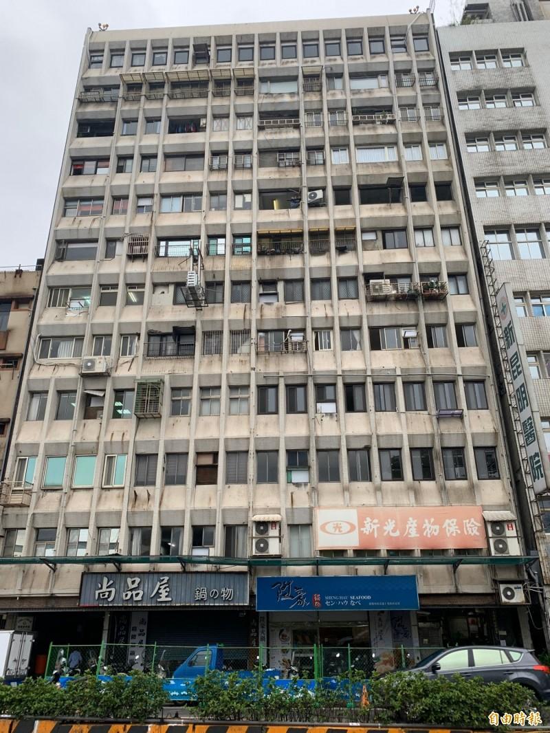 位於基隆港東岸臨港第一排的永隆大樓,外牆材質是白色馬賽克磚,因屋齡老舊及多雨氣候,出現髒汙及剝落狀況。(記者林欣漢攝)