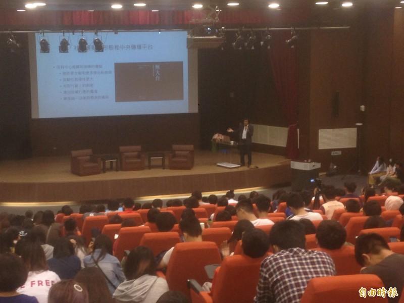 香港中文大學新聞與傳播學院院長李立峯,分析反送中運動使用傳播科技。(記者黃旭磊攝)