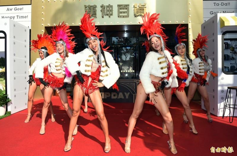 南台灣百貨週年慶壓軸好戲,漢神百貨25週年慶明天起將展開33天的週年慶優惠活動,今天為週年慶活動暖身舉辦VIP DAY,由百老匯熱舞表演揭開序幕。(記者張忠義攝)
