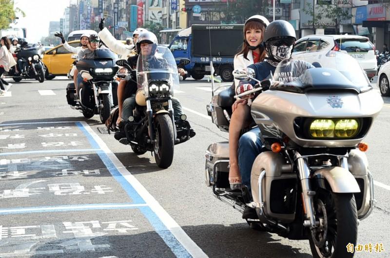 雄漢神百貨 今天為週年慶活動暖身舉辦VIP DAY,以哈雷機車車隊進場。(記者張忠義攝)
