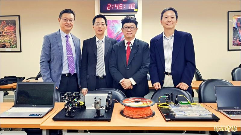 清華大學物理學系副教授、前瞻量子科技研究中心成員褚志崧(左二)團隊,今年9月成功完成台灣第一次戶外量子加密通訊測試(記者簡惠茹攝)