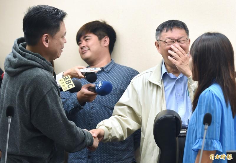 台北市長柯文哲今天上午赴議會法規委員會拜會議長和議員時被問:「要不要政黨協商?」柯文哲尷尬笑說,「要啦」。(記者廖振輝攝)
