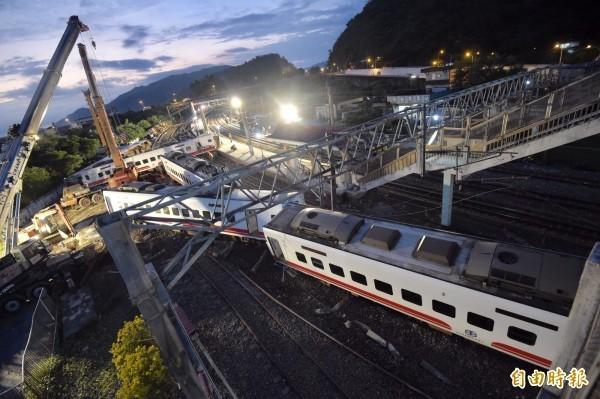 台鐵普悠瑪列車去年10月21日意外出軌翻覆,台鐵前副總工程司李景村質疑出軌當下列車時速超過140公里的說法,並指只要列車時速超過130公里,高壓電纜線根本承受不了。(資料照)