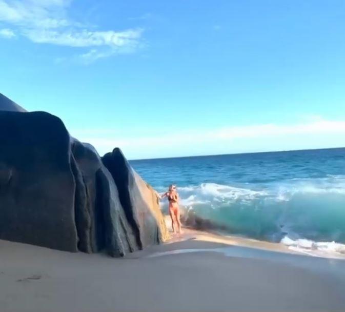 美國一名喜歡到處旅遊的女子喬安娜(Nicole Joanna),近日與好友尼克斯(Macy Nix)在墨西哥渡假勝地聖盧卡斯角(Cabos San Lucas)旅遊時,在當地海邊著名的岩石拍照。(圖擷取自臉書影片)
