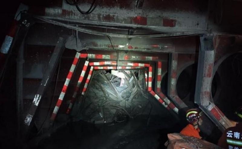 中國雲南臨滄市雲鳳高速公路的安石隧道施工處驚傳坍塌,目前救出7人當中只有1人生還,還有6人仍然被掩埋在下面。(圖擷自微博)