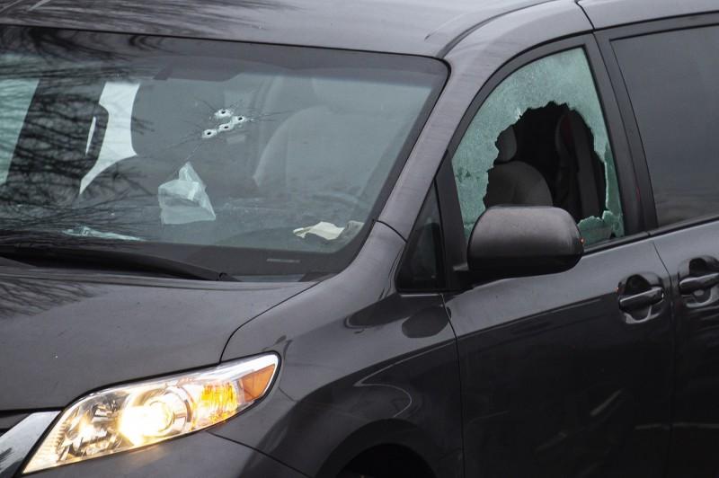 美國華盛頓州一處小學停車場驚傳槍響,2名傷者所駕駛的車輛留下多道彈孔。(美聯社)