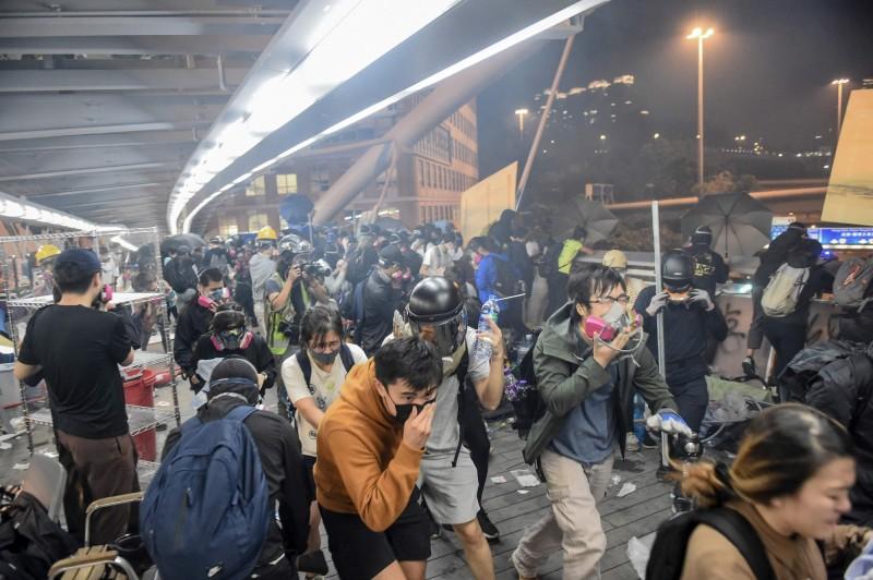 港警發射催淚彈驅離示威者,但四散的催淚煙霧也對香港市民的健康造成嚴重影響。(法新社)