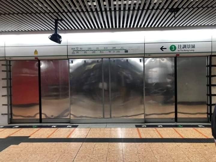 有香港地鐵車站在月台裝上了「鐵幕」,讓站在月台的人完全看不到車廂內的狀況,令不少港網友害怕表示「不敢搭乘,感覺不安全」。(擷取自林兆彬臉書)
