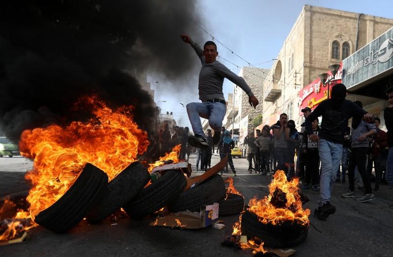 數千名巴勒斯坦人上街示威,抗議美國不再認定以色列在約旦河西岸建立的屯墾區違反國際法。(歐新社)