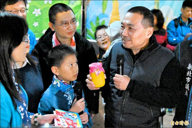 新北市長侯友宜與學生代表交換耶誕禮物。(記者周湘芸攝)