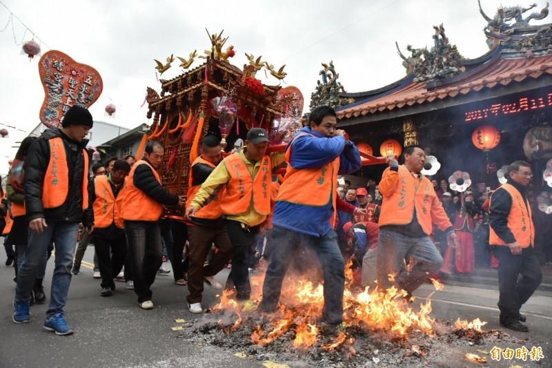 五結走尪是全國獨一無二元宵民俗,被列入宜蘭縣無形文化資產。(資料照)