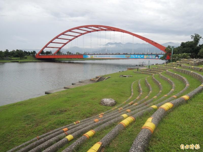 比賽路線環繞冬山河沿岸與五十二甲濕地,圖為跨越冬山河的利澤簡橋。(資料照,記者江志雄攝)