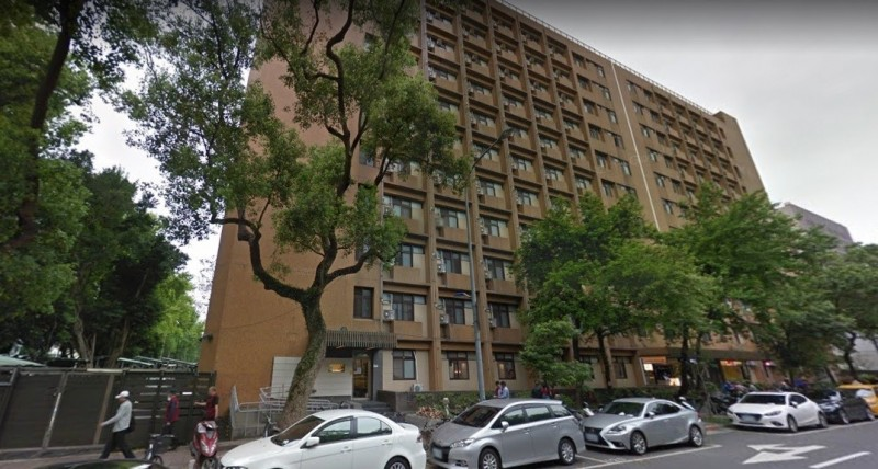 台大男二宿舍發生墜樓意外。(圖擷取自google街景)