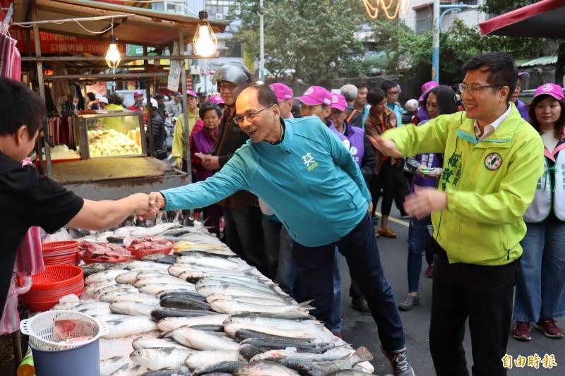 游錫堃陪同羅致政到市場掃街拜票。(記者翁聿煌攝)